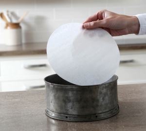 Non-stick baking paper circles. Ideal for use in the kitchen.